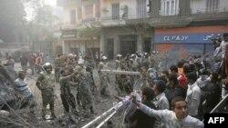 Єгипетські протестувальники стоять за барикадою з колючого дроту на площі Тагрір у Каїрі