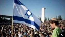 Upacara pemakaman tiga remaja Israel di kota Modiin, Selasa (1/7).