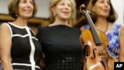 Cây vĩ cầm đã được trao lại cho ba cô con gái của nghệ sĩ vĩ cầm Roman Totenberg hôm 6/8/2015.