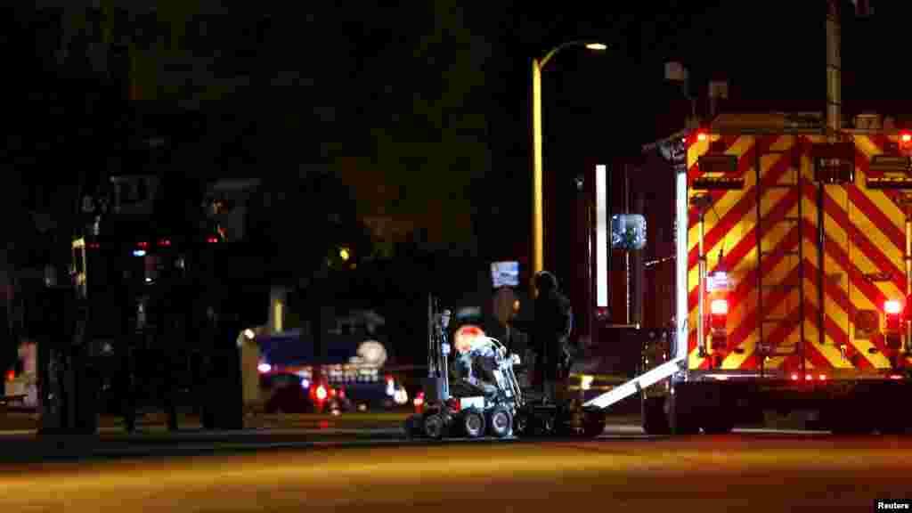 Des policiers et leurs véhicules se déploient dans la rue Redlands, près de la maison de l'un des suspects de la fusillade de San Bernardino, 2 décembre 2015.