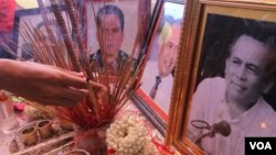 Photos of analyst Kem Ley at his funeral ceremony in Buddhist pagoda Wat Kdei Chas, in the outskirt of Phnom Penh, on Monday, July 11, 2016. (Hean Socheata/VOA Khmer)