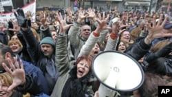 希臘工人反對削減工資。