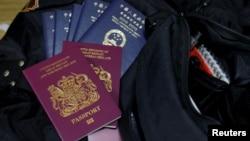 英國國民海外護照與香港特區護照(路透社照片)