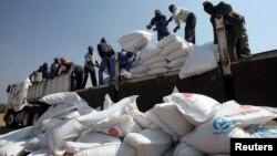 짐바브웨의 바유 지역 주민들이 지난 14일 유엔세계식량계획(WFP) 보급 식량을 트럭에서 내리고 있다.