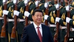 中國國家主席習近平在北京的人民大會堂外檢閱儀仗隊 (資料照片)