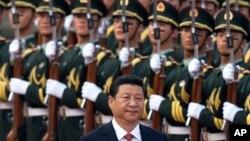 中国国家主席习近平在北京的人民大会堂外检阅仪仗队。(资料照)