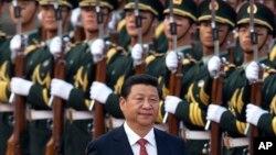 中國國家主席習近平在北京的人民大會堂外檢閱儀仗隊。 (資料照)
