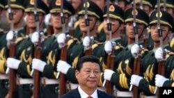 中国国家主席习近平在北京的人民大会堂外检阅仪仗队(资料照)