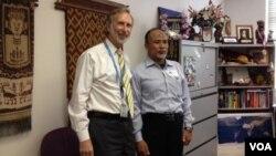 Ustad Samson Rahman (kanan) bersama Norman Goodman, Kepala VOA Siaran Bahasa Indonesia, saat kunjungan ke kantor VOA di Washington DC.