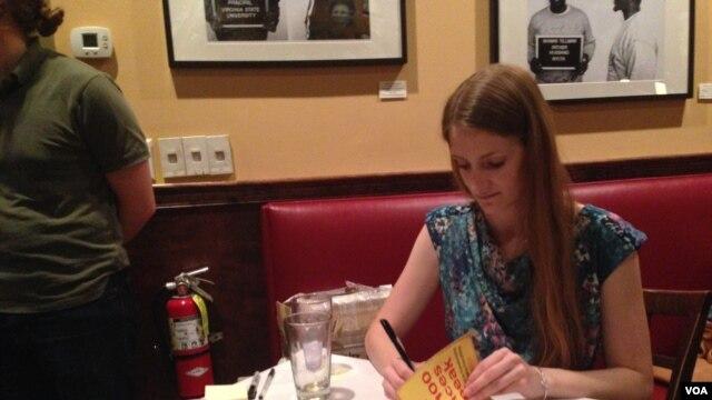 莉子·卡特在新書籤售會上,2015年8月12日(美國之音莫雨拍攝)