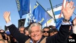 Luis Alberto Lacalle, candidato del Partido Nacional, recorre las calles de Montevideo antes de ir a votar.