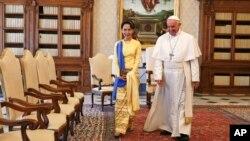 La dirigeante birmane Aung San Suu Kyi et le pape François lors de leur rencontre au Vatican, le 4 mai 2017.