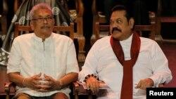 سری لنکا کے نئے منتخب صدر گوٹابایا (بائیں) اور وزیر اعظم مہندا راجہ پکسے (دائیں)۔ فائل فوٹو