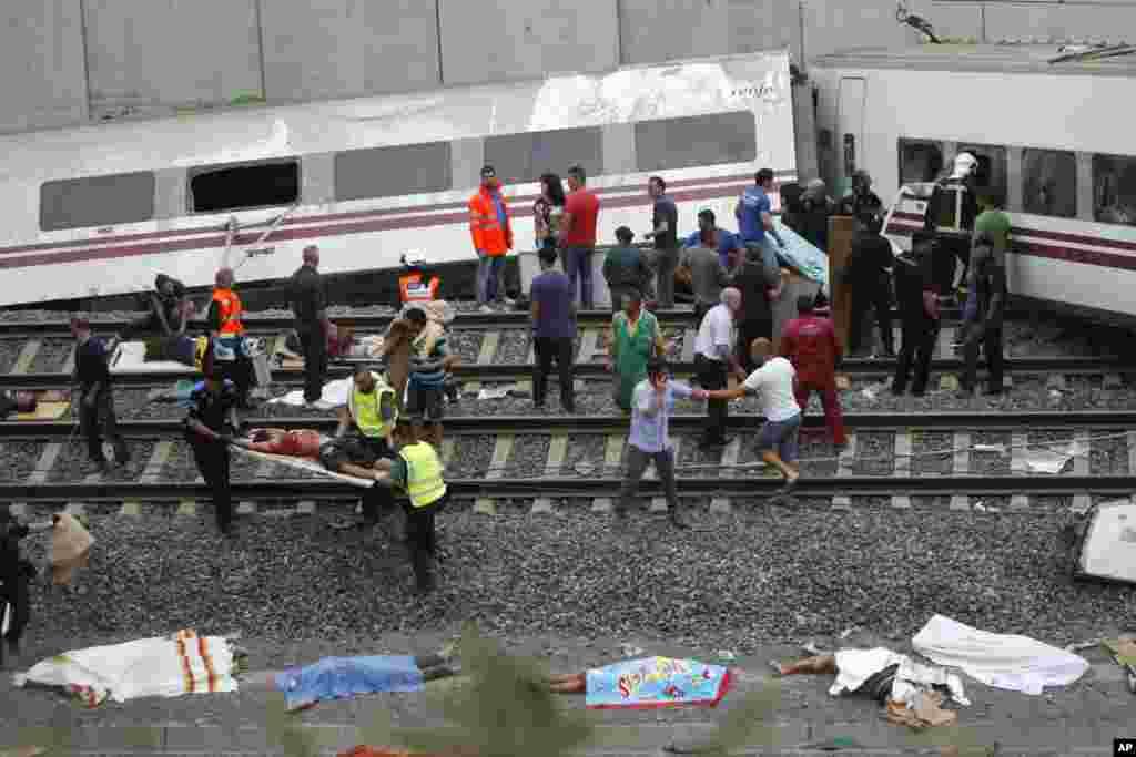 24일 스페인 산티아고 데 콤포스텔라시 고속열차 탈선 사고 현장에서, 구조대가 부상자들을 이송하고 있다.