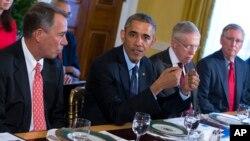 바락 오바마 미국 대통령(왼쪽에서 두번째)이 7일 양당 지도부를 백악관으로 초청해 가진 오찬 회동에서 현안들을 논의하고 있다.