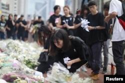 2019年6月16日香港人在抗议拟议的引渡法案的同时,也对在太古广场大楼的一个脚手架上摔下来的人献花致意。