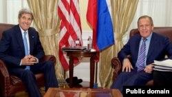 Menlu AS John Kerry (kiri) dan Menlu Rusia Sergei Lavrov (foto: dok). Kerry membahas isu kehadiran militer Rusia di Suriah melalui telepon dengan Menlu Rusia Lavrov.