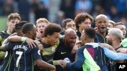Jogadores do Manchester City celebram vitória que lhes deu a conquista do título da Liga Inglesa