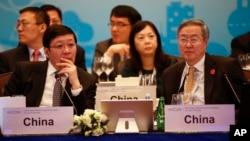 26일 중국 상하이에서 개막한 주요 20개국 재무장관회의·중앙은행 총재 회의에 중국 러우지웨이 재정부장(왼쪽)과 저우샤오촨 인민은행장(오른쪽)이 참석했다.