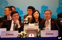 中国财政部长楼继伟 (左)与中国人民银行行长周小川星期五在上海召开的20国集团财政部长和中央银行行长会议上 (2016年2月26日)