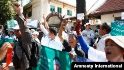 柬埔寨劳工3月24日在金边上诉法院前举行抗议