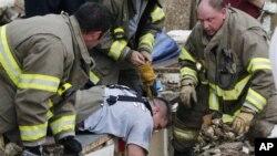 Спасатели обследуют руины Plaza Tower Elementary School, Мур, Оклахома.