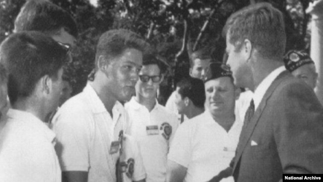 Le lycéen Bill Clinton rencontre John F. Kennedy à la Maison Blanche. (Archives)