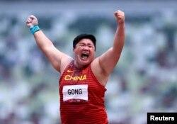 中國鉛球女運動員鞏立姣在東京奧運會賽場上。 (2021年8月1日)