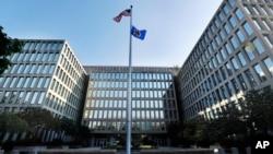 """设在华盛顿的美国政府人事管理办公室力图大幅度缩短""""绝密""""和""""机密""""级别的人员安全背景调查处理时间。"""