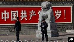 Petugas keamanan China melakukan penjagaan pada pertemuan partai komunis China yang berlangsung selama 4 hari di Beijing.