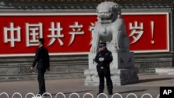 2013年11月7日﹐北京警察和便衣守在共產黨萬歲的巨幅標語牆前。
