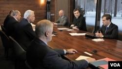Presiden Rusia Dmitry Medvedev (kanan) berbicara dengan para pemimpin partai politik yang meraih kursi di parlemen Rusia dalam pemilu lalu (13/12).
