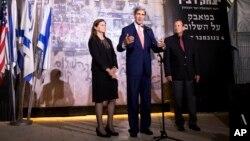 El secretario Kerry, acompañado por Dalia Rabin-Pelossof, hija del asesinado primer ministro israelí Yitzhak Rabin y el alcalde de Tel Aviv, Ron Huldai, este miércoles en Tel Aviv, en el monumento a Rabin.