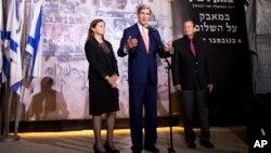 Menlu AS John Kerry (tengah) bersama Dalia Rabin-Pelossof, puteri mantan PM Israel Yitzhak Rabin dan Walikota Tel Aviv Mayor Ron Huldai dalam acara untuk mengenang Yitzhak Rabin, di Tel Aviv Selasa (5/11).