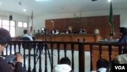 Suasana ruang sidang Pengadilan Negeri Tipikor Bandung saat majelis hakim membacakan putusan terhadap terdakwa Dada Rosada, Selasa, 29 April 2014 (VOA/Tedja Wulan)