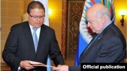 El nuevo embajador fue recibido por el secretario general de la Organización de Estados Americanos, José Miguel Insulza.