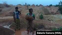Des femmes sur un site aurifère à Siguiri, en Guinée, le 16 mai 2018. (VOA/Zakaria Camara)