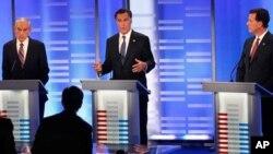 ທ່ານ Mitt Romney,ຜູ້ວ່າການລັດ Massachusetts ຢືນຢູ່ທາງກາງ ຕອບຄໍາຖາມໃນລະຫວ່າງການໂຕ້ວາທີກັນ ຂອງພັກທີ່ເມືອງ Manchester ລັດ New Hampshire. ວັນທີ 8 ມັງກອນ 2012.