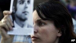 Un familiar muestra la foto de una víctima de la guerra sucia en Argentina durante el juicio hace dos años al dictador Jorge Videla.