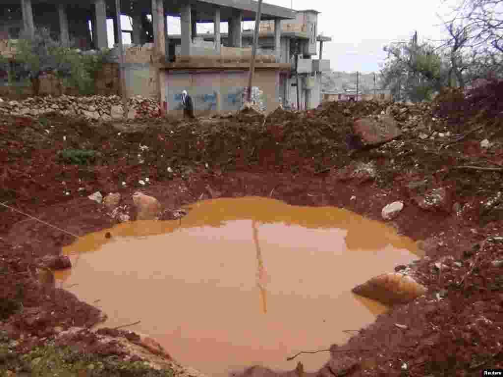 15일 시리아 정부군의 포격으로 생겨난 이들립시의 웅덩이.