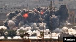 28일 시리아 접경도시 코바니에 미군 주도 연합군의 공습으로 검은 연기가 피어오르고 있다. 터키 쪽 수루크에서 바라본 모습.