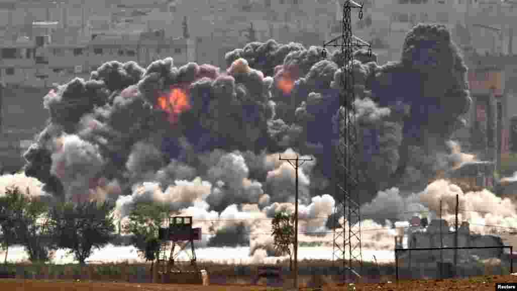 美国为首的联军空袭后伊斯兰国科巴尼阵地上的浓烟