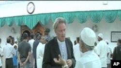 ایک مسجد میں ایک امریکی پادری مسلمانوں سے اظہار یکجہتی کرے ہوئے۔