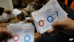 Nhân viên phụ trách bầu cử đếm các lá phiếu được đánh dấu 'đồng ý', trong cuộc trưng cầu dân ý bản hiến pháp, tại một phòng phiếu trong thủ đô Cairo 15/1/14