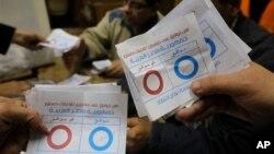 Nhân viên phụ trách bầu cử đếm các lá phiếu được đánh dấu 'đồng ý,' trong cuộc trưng cầu dân ý về bản hiến pháp, tại 1 phòng phiếu ở thủ đô Cairo, 15/1/14