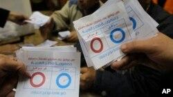 埃及選舉工作人員在點算新憲法公投的選票