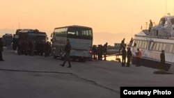 Para migran dan pengungsi dikirim ke Turki menggunakan kapal dari pulau Lesbos, Yunani hari Senin (4/4).