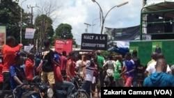 Des opposants à Alpha Condé avec des pancartes à Conakry, Guinée, le 2 août 2017. (VOA/Zakaria Camara)