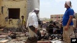 Combattants fidèles au gouvernement sur le site d'un attentat à la voiture piégée à Aden, au Yémen, le lundi 29 août 2016. (AP Photo / Wael Qubady)