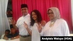 Calon Gubernur Pilkada DKI Jakarta Putaran Kedua Anies Baswedan bersama istri dan putrinya menggunakan hak pilihnya di TPS 28 Cilandak Barat Jakarta Selatan Rabu (19/4). Foto Andylala.